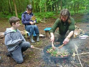 Expert Willow Lohr sets about cooking lunch, while also teaching how to tast bread over an open fire with self made toasting spikes.